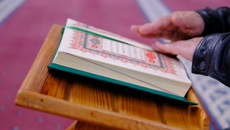 Reading-Quran-In-A-Mosque