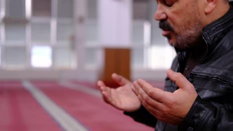 Anciano-Levantando-Las-Manos-Y-Rezando-En-La-Mezquita