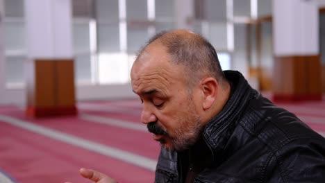 Anciano-Levantando-Las-Manos-Y-Rezando-En-La-Mezquita-2