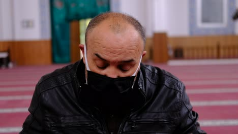 Old-Man-Wears-Mask-Reads-The-Quran-In-Mosque-1