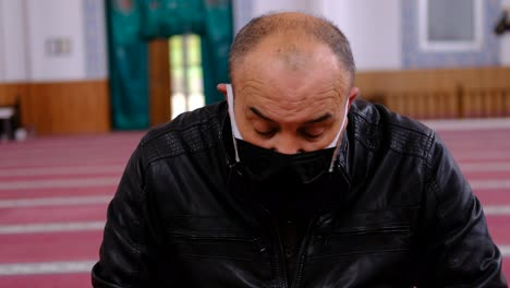 Old-Man-Wearing-Mask-Reads-The-Quran-In-Mosque-1