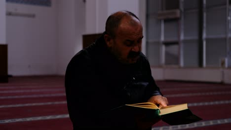 Man-Reads-Quran-In-Mosque-2