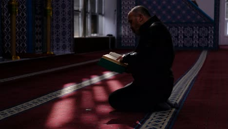 Man-Reads-Quran-In-Mosque-3