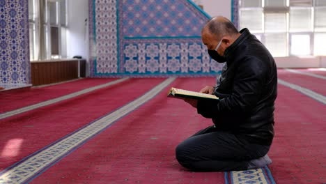 Man-Wears-Mask-And-Reads-The-Quran-In-Mosque
