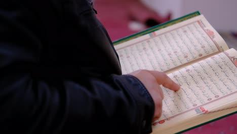 Leyendo-El-Corán-En-Una-Mezquita-2