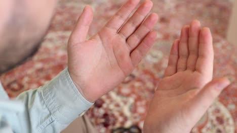 Hombre-Musulmán-Sosteniendo-Las-Manos-En-Oración-En-La-Mezquita-9