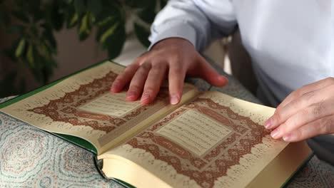 Corán-De-Cerca-Mientras-El-Hombre-Musulmán-Lee