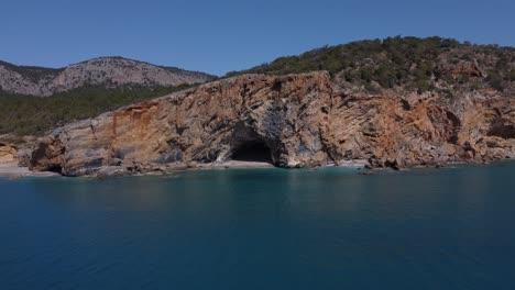 Drone-Vista-Hacia-La-Cueva-Junto-Al-Mar-