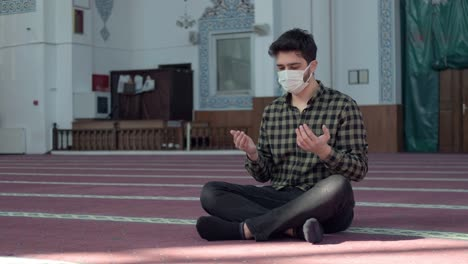 Praying-In-Mosque-During-The-Pandemic