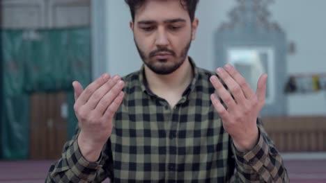 Muslim-Man-Praying-To-Allah