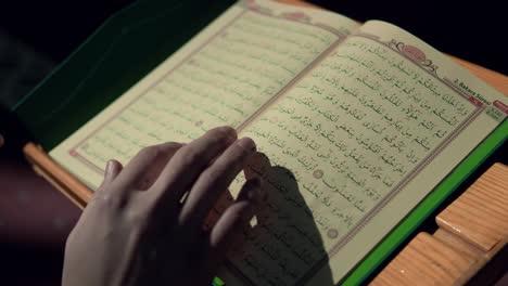 Joven-Musulmán-Sostiene-El-Corán-En-La-Mezquita