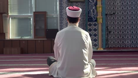 Hombre-Rezando-Solo-En-La-Mezquita