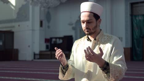 Imán-Rezando-En-La-Mezquita-1
