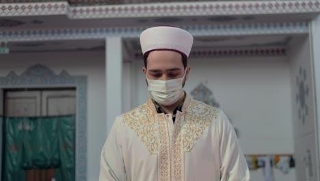 Imán-Musulmán-Enmascarado-Rezando-En-La-Mezquita