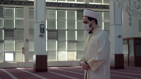 Man-Wears-A-Mask-And-Worships-in-the-Mosque