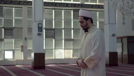 Muslim-Imam-Praying-In-The-Mosque