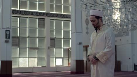 Adorar-A-Joven-En-La-Mezquita-2