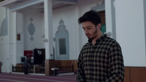 Young-Man-In-Mosque-Prays-6