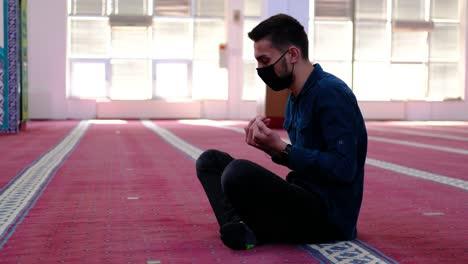 Hombre-Enmascarado-Levantando-Sus-Manos-En-La-Mezquita-Durante-La-Oración