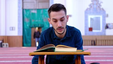 Adolescente-Lee-El-Corán-En-La-Mezquita