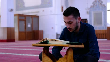 Man-Reads-The-Quran-In-Mosque-1