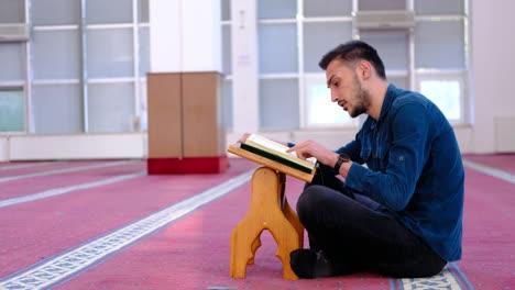 Joven-Musulmán-Recitando-El-Corán-En-La-Mezquita