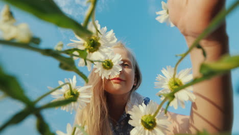 Funny-girl-plucks-daisies