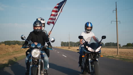 Friends-travel-on-motorcycles-1