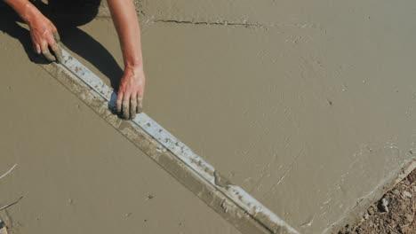 The-builder-levels-the-liquid-concrete