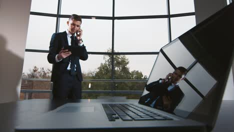 Young-businessman-works-in-a-modern-office