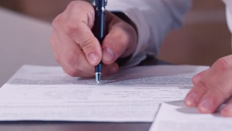 Businessman-signs-an-important-document