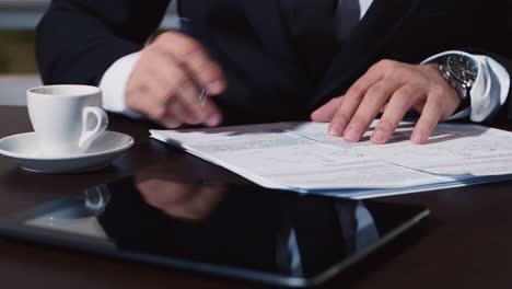Businessman-signs-an-important-document-1