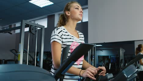 Young-people-train-in-the-gym-4