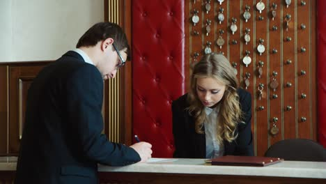 Businessman-checks-into-a-hotel-and-gets-the-keys-1