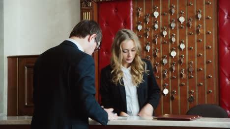 Businessman-checks-into-a-hotel-and-gets-the-keys-2