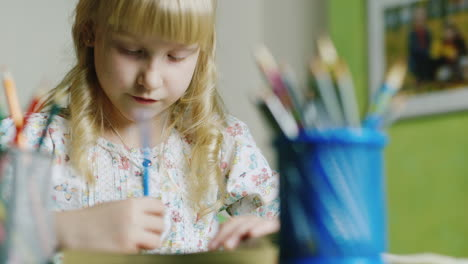 Girl-Five-Years-Draws-During-The-Evening