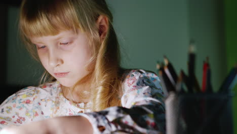 Girl-Five-Years-Draws-During-The-Evening-1