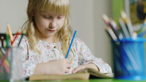 Girl-Five-Years-Draws-During-The-Evening-4