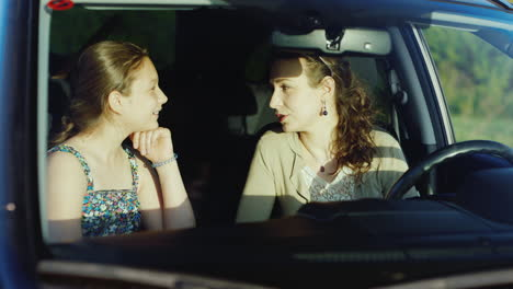 Trustful-And-Friendly-Communication-Between-Mother-And-Daughter-With-A-Teenager-1