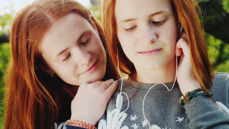 Two-Red-Haired-Twin-Sisters-Listen-To-Music-On-Headphones