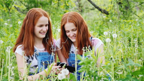 Two-Red-Haired-Twin-Sisters-Listen-To-Music-On-Headphones-1