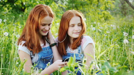 Two-Red-Haired-Twin-Sisters-Listen-To-Music-On-Headphones-2