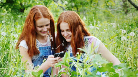 Two-Cool-Twins-Girls-Are-Listening-To-Music-Outdoors
