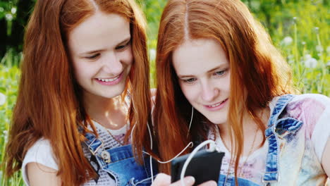 Two-Cool-Twins-Girls-Are-Listening-To-Music-Outdoors-1